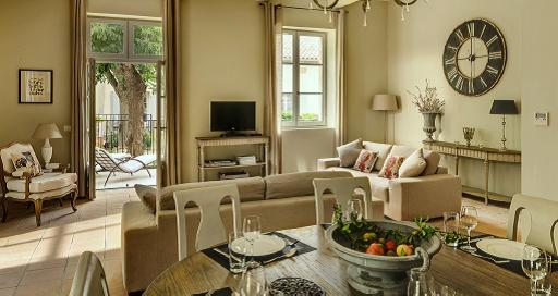 La Maison du Régisseur nr. 14 - enderækkehus i 2 plan, med 53 m2 stort køkken-alrum (billedet) med udgang til privat terrasse og have.