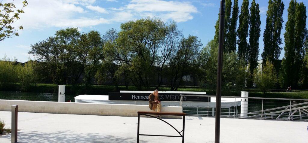 Hennessy Cognac_turbaaden lægger til foran Cognachusets hovedindgang